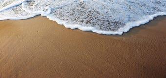 Onde sur la plage images stock