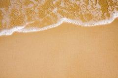 Onde sur la plage claire de sable images libres de droits