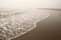 Onde sur le bord de la mer brumeux Images stock