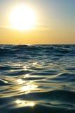 Onde sur le coucher du soleil. photos libres de droits