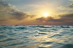 Onde sur le coucher du soleil photographie stock