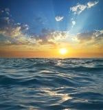 Onde sur le coucher du soleil paradis de nature d'élément de conception de composition photos libres de droits