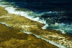 Onde sur un récif coralien Photo libre de droits