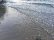 Onde sur une plage sablonneuse image stock