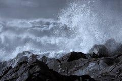 Onde tempestose che irrompono la costa Fotografia Stock