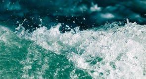 Onde tempestose nell'oceano come fondo Fotografia Stock