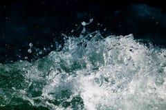 Onde tempestose nell'oceano come fondo Immagine Stock