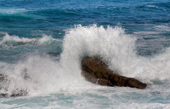 Onde tombant en panne sur la roche Photos stock