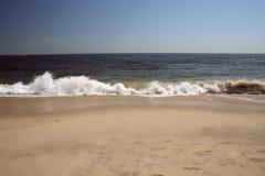 Onde tombante en panne sur la plage Photos stock