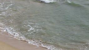 Onde trasparenti sulla spiaggia Falesia Albufeira portugal archivi video