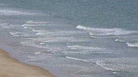 Onde trasparenti sulla spiaggia Falesia Albufeira portugal stock footage