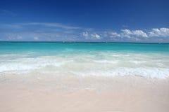 Onde tropicali sulla spiaggia bianca della sabbia, oceano Fotografia Stock
