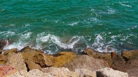 Onde verdi che spruzzano sulle rocce sul litorale, fine su video d archivio