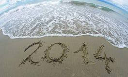 Ondeggi che erases 2014 anni scritti sulla spiaggia 1 del mare Fotografie Stock Libere da Diritti