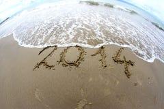Ondeggi che erases 2014 anni scritti sulla spiaggia 2 del mare Immagini Stock Libere da Diritti