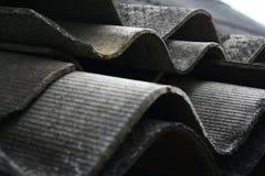 Ondeggi i bordi delle lastre dell'ardesia sul tetto Fotografia Stock Libera da Diritti