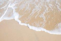 Ondeggi il rotolo nella spiaggia Fotografia Stock Libera da Diritti