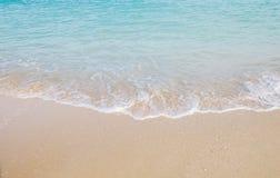Ondeggi il rotolo nella spiaggia Fotografie Stock