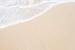 Ondeggi il rotolo nella spiaggia Immagine Stock