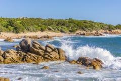 Ondeggi la rottura su una roccia vicino a Palau Sardegna, Italia immagine stock libera da diritti