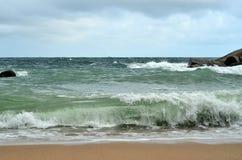 Ondeggi lo schianto contro la spiaggia sabbiosa - potere della natura Fotografia Stock Libera da Diritti