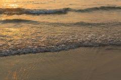 Ondeggi lo schianto sulla spiaggia Spuma del mare nave Immagine Stock Libera da Diritti