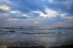 Ondeggi nel mare alla mattina ed al tempo dell'alba Fotografia Stock Libera da Diritti