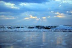 Ondeggi nel mare alla mattina ed al tempo dell'alba Fotografia Stock