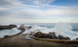 Ondeggia la spruzzatura del pilastro all'Oceano Atlantico in Seixal, isola del Madera immagini stock