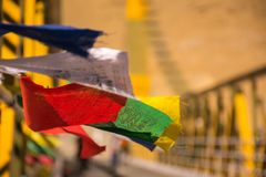 Ondeggiamento buddista Colourful delle bandiere di preghiera fotografia stock libera da diritti