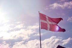 Ondeggiamento danese della bandiera Immagini Stock Libere da Diritti