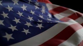 Ondeggiamento del movimento lento della bandiera americana video d archivio