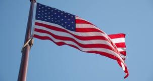 Ondeggiamento lento della bandiera americana con le grinze visibili Chiuda su della bandiera degli Stati Uniti U.S.A., video d archivio