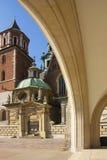 Onder arcades bij Wawel-kasteel complex in Krakau, Polen, Europa stock afbeeldingen