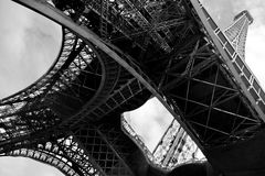 Onder de benen van de toren van Eiffel royalty-vrije stock foto's