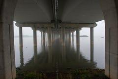 Onder de brug met bezinning stock afbeeldingen