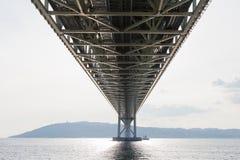 Onder de Brug van Akashi Kaikyo, de langste hangbrug stock afbeeldingen