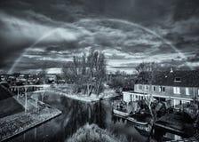 Onder de koepel - een regenboog in zwart-wit Stock Fotografie