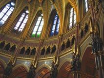 Onder de koepel van het Hongaarse Parlement stock foto