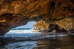 Onder de Natuurlijke brugvorming in het noordenkust van Aruba ` s royalty-vrije stock fotografie