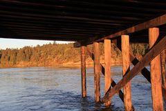 Onder de oude schraagbrug Stock Foto's