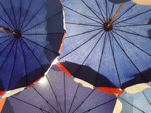 Onder de paraplu Stock Foto's