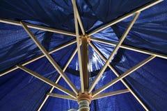 Onder de parasol stock foto