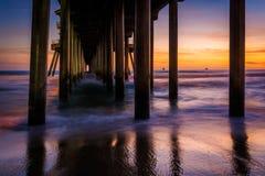 Onder de pijler bij zonsondergang, in Huntington Beach stock afbeeldingen