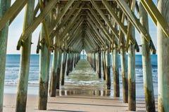 Onder de pijler in Brandingsstad, Noord-Carolina Royalty-vrije Stock Foto's