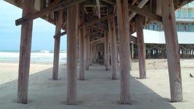 Onder de promenade Daytona Beach stock footage