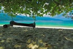 Onder de schaduw van boom en mening van Andaman-overzees, Thailand Stock Foto's