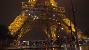 Onder de verlichte Toren van Eiffel bij nacht stock video
