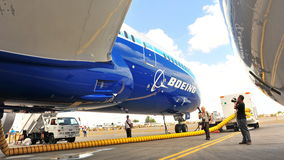 Onder de vleugel van nieuw Boeing 787 Dreamliner tijdens media de reis van de voorproefdroom in Singapore Airshow 2012 Royalty-vrije Stock Afbeeldingen