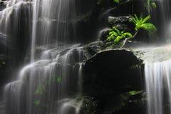 Onder de waterval stock afbeeldingen